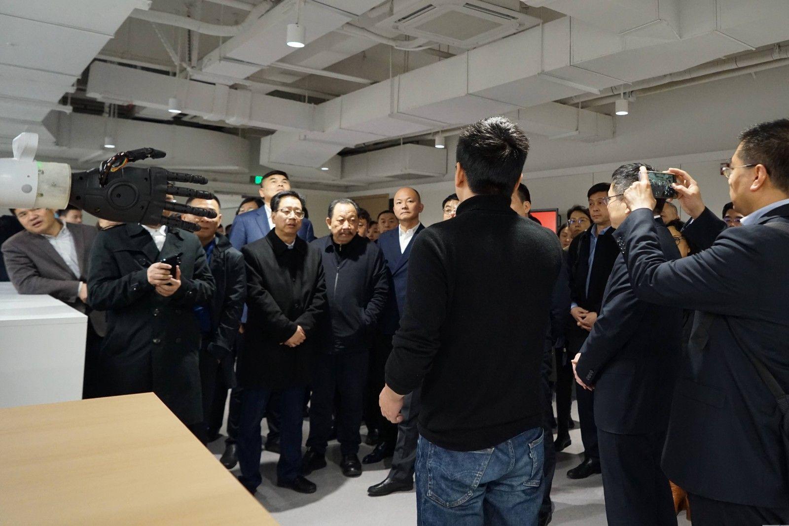 陈总参观之江实验室.jpg